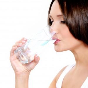 Beber agua fría te ayuda a regular la temperatura de tu cuerpo