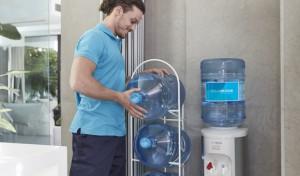 Estantería para garrafas de agua reciclables
